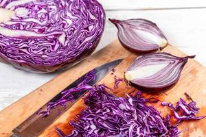 Purple cabbage and onion cut into the kitchen Board (Flip 2019)