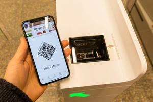 QR-Code scannen und bequem einkaufen beim Amazon-Go kassenlosen Geschäft in Chicago, USA