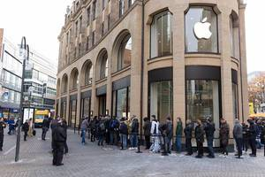 Queuing in front of an Apple Store on iPhone release day