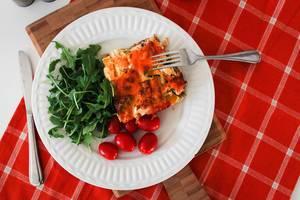Quiche mit Tomaten und Salat