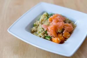 Quinoa mit Lachs, Möhren und Zucchini