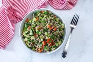 Quinoa-Salat mit Gurke, Tomate und Edamame in einer weißen Schale