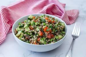Quinoa-Salat mit Gurke, Tomate und Edamame