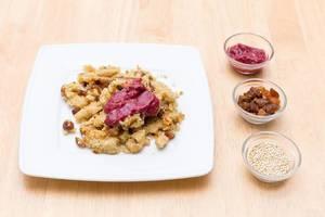 Quinoa-Schmarrn mit Chia-Beerenmarmelade und Rosinen