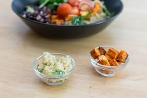 Quinoa und gebratene Süßkartoffeln in kleinen Glasschüsseln
