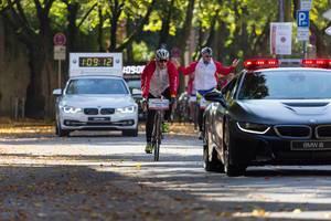 Radfahrer Begleitung Elite und Führungsfahrzeug im Hintergrund - Köln Marathon 2017