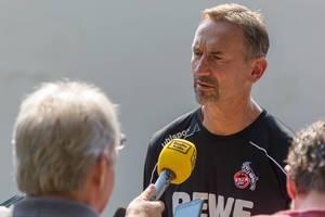 Radio Köln interviewt den Fußballtrainer Achim Beierlorzer nach der Trainingseinheit seiner Fußballmannschaft
