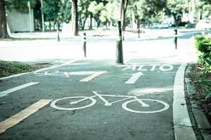 Radweg nähert sich einer Straße