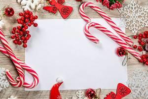 Rahmemn aus Weihnachts Dekoration und weißen Schneeflocken auf einem Holz Hintergrund und Freiraum für Neujahres Glückwünsche