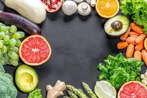 Rahmen aus gesunden Lebensmitteln mit schwarzem Hintergrund