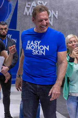 Ralf Moeller deutscher Sportler im Easy Motion Skin T-Shirt für Promotion des neuesten Wireless Training