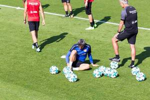Ramazan Özcan massiert sein Sprunggelenk - Bayer 04 Leverkusen