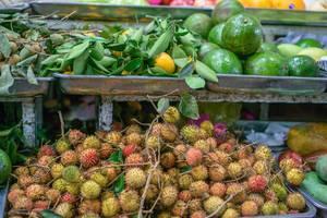 Rambutan und andere exotische Früchte auf dem Ben Thanh Markt in Saigon