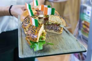 Rangeland foods - Leckere Burgerhälften zum Probieren angereicht auf einem Tablet