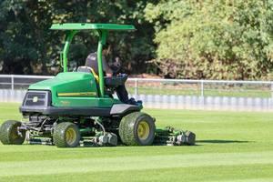 Rasenmähen mit schwerem Gerät: John Deere 7500A am Fußballplatz