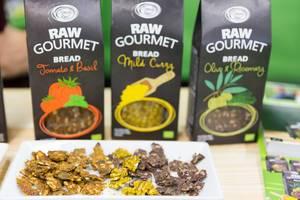 Raw Gourmet Bread von Simply Raw in Geschmacksrichtungen Tomato & Basil, Mild Curry und Olive & Rosemary