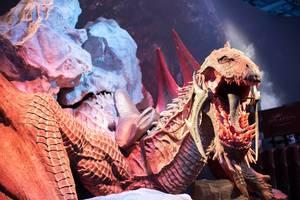 Realistische  Drachen-Skulptur am Messestand von Mittelerde Schatten des Krieges