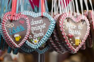 Red and blue gingerbread hearts - Oktoberfest 2017