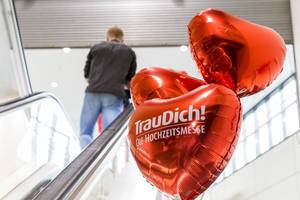 Red balloons and the entrance to the TrauDich! wedding fair