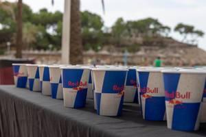 Red Bull Papierbecher mit Erfrischung für die Triathleten