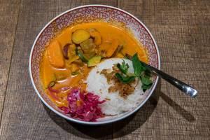 Red Hot Chili Curry: Geschmortes Rindfleisch mit Süßkartoffeln, Zucchini, Rotkohl, Röstzwiebeln und Jasmin-Duftreis im coa - Restaurant Köln