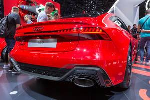 Red sedan with coupé roof: rear view of hybrid car Audi RS 7 Sportback C8