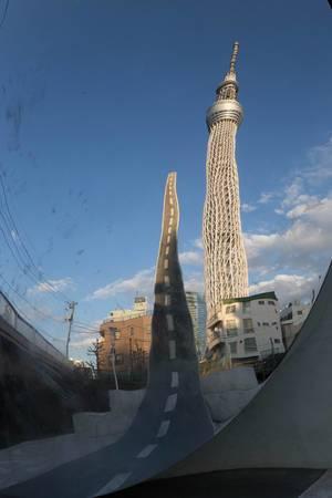 Reflexion des Skytree in einem Wölbspiegel, Tokyo