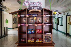 """Regal voll von Süßigkeiten und Snacks funktioniert als """"Honesty Store"""" in der Mitte eines Schulgebäudes"""