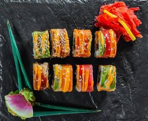 Regenbogen-Drachen-Sushi in mundgerechten Stücken mit Wasabi und eingelegtem Ingwer