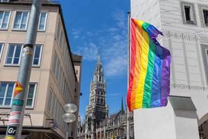 Regenbogenflagge für mehr Toleranz und Frieden in München, während des CSD-Demonstrationstag für Lesben, Schwule, Bisexuelle und Transgender
