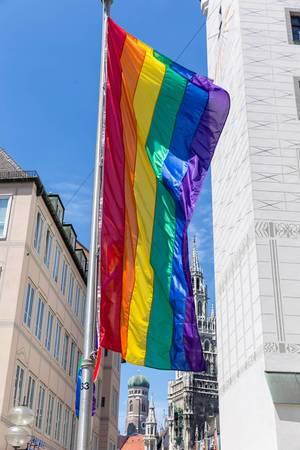 Regenbogenflagge in der Fußgängerzone während der Pride Week und dem Queer-Festival CSD, in München am Alten Rathaus auf dem Marienplatz