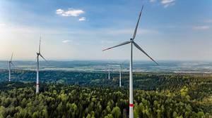 Regenerative Energie: Deutsche Windkraftanlage im Wald in Baden-Württemberg