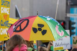 Regenschirm in bunten Farben mit einem Friedenszeichen