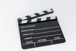 Regieklappe in schwarz auf weißem Hintergrund