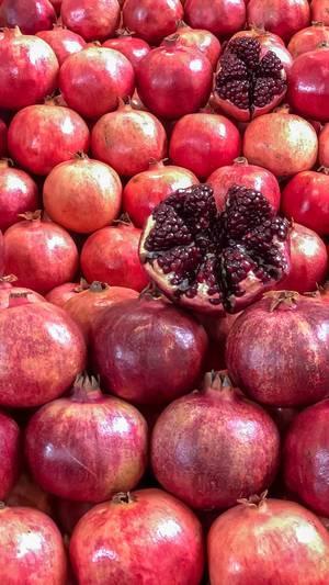 Reife Granatäpfel auf dem Danilovsky Market in Moskau