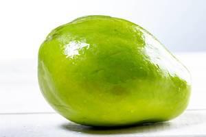 Reife Papaya-Frucht auf weißem Untergrund