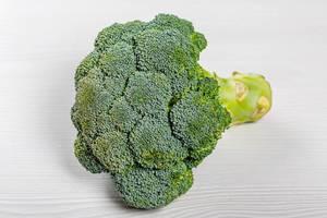 Reifer Brokkoli auf weißer Oberfläche