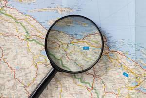 Reiseziel aussuchen. Lupe auf einer Landkarte