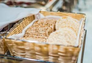 Reiswaffel und Reisgebäck in einem geflochtenen Korb