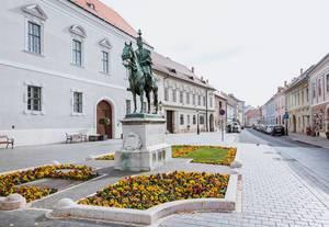 Reiterstandbild vor der Matthiaskirche im Burgviertel von Budapest, Ungarn