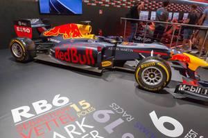 Rennbolide von Red Bull am F1 2018 Messestand