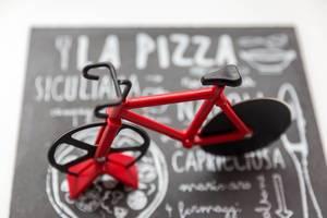 Rennrad-Pizzamesser auf Pizzaplatte