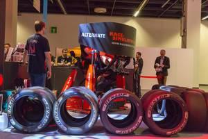 Rennsimulator am Messestand von Alternate mit Rennfahrzeuge Reifen