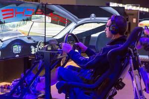 Rennspiel Gaming im Cockpit und mit drei Monitoren - Gamescom 2017, Köln