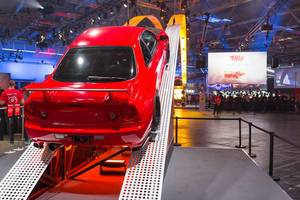 Rennwagen auf der Rampe am Need for Speed Payback Messestand - Gamescom 2017, Köln