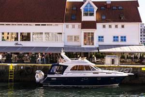 Restaurant Olivia Zachariasbryggen mit elegantem kleinem Yacht im Vordergrund in Bergen Norwegen