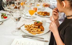 Restaurant-Tisch mit frittiertem Hähnchen mit Pommes auf einem Teller