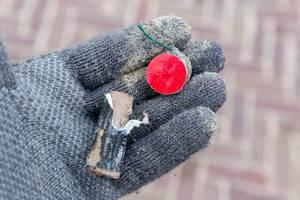 Reste von abgebranntem Neujahrs-Feuerwerk auf Hand in Handschuh