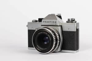 Retro-Filmkamera Praktica L mit Zeiss Objektiv vor weißem Hintergrund