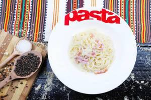 Rezept aus Italien: Spaghetti Carbonara mit Pfefferkörnern und Salz